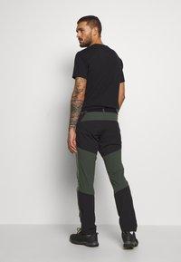 Peak Performance - LIGHT CARBON PANTS - Długie spodnie trekkingowe - drift green - 2