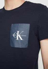 Calvin Klein Jeans - MONOGRAM POCKET SLIM TEE - Print T-shirt - blue - 5
