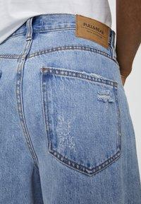 PULL&BEAR - MIT ZIERRISSEN - Široké džíny - light blue - 3