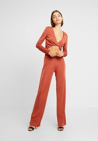 Missguided - TWIST BRALET AND TRIM BELTED WIDE LEG TROUSERS SET - Pantalon classique - orange - 1