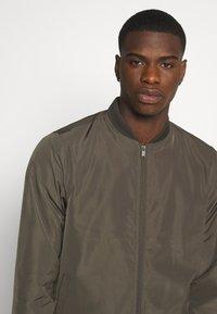 Burton Menswear London - CORE MILITARY - Bomber Jacket - green - 3