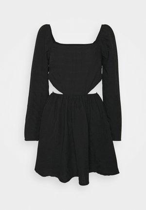 CUT OUT SIDE SQUARE NECK DRESS CRINKLE - Denní šaty - black