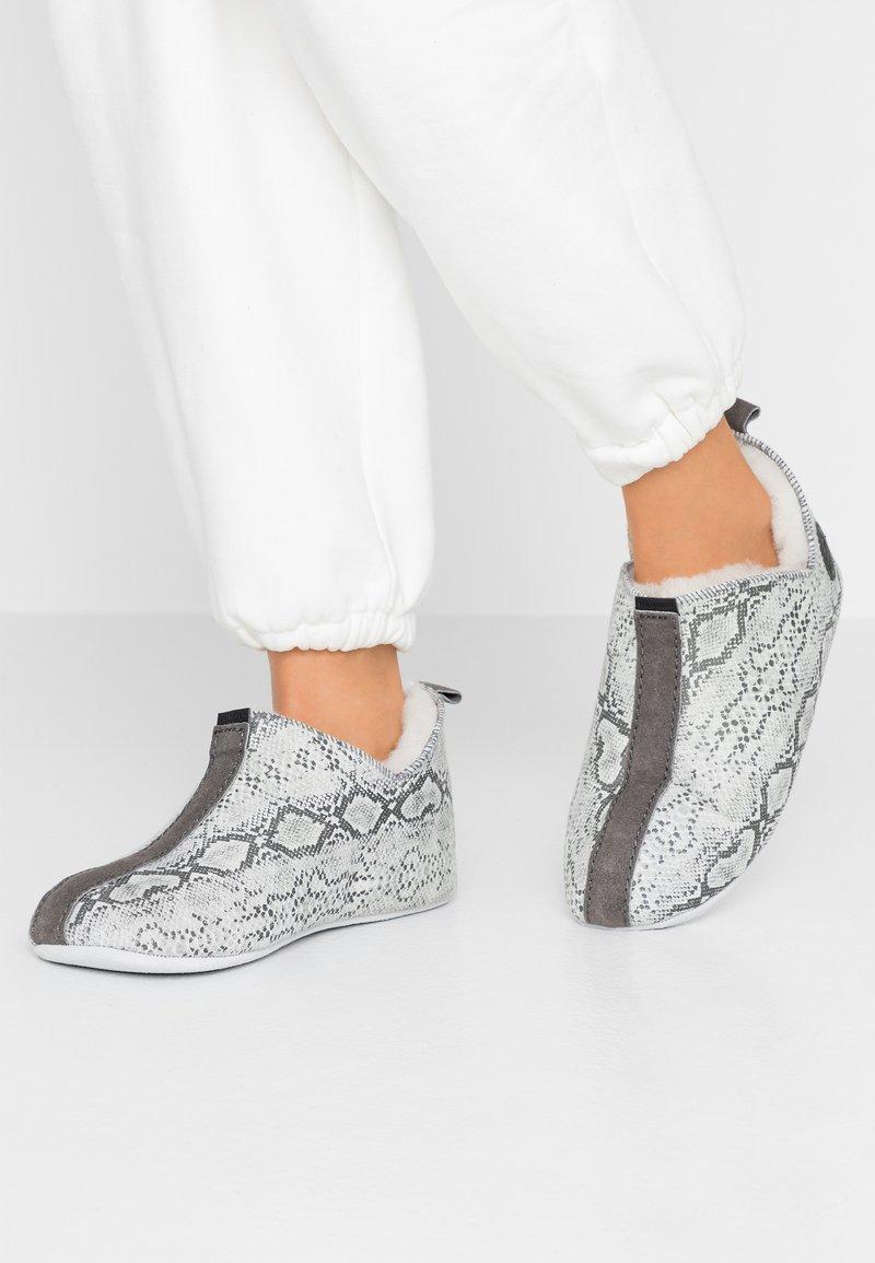 Shepherd - LINA - Tofflor & inneskor - light grey