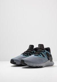 Nike Performance - FLEXMETHOD TRAINER - Gym- & träningskor - black/cool grey - 2