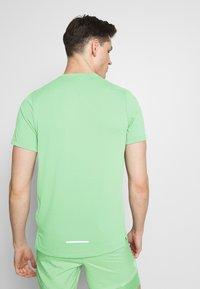 Nike Performance - DRY MILER - Camiseta estampada - silver pine - 2