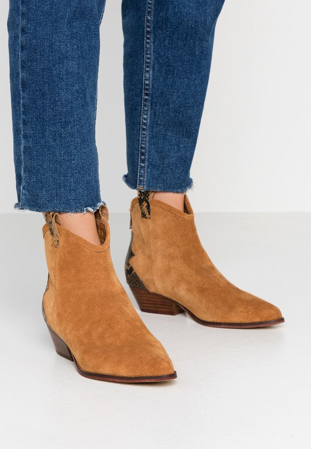 BIADAYA WESTERN BOOT - Cowboy/biker ankle boot - light brown