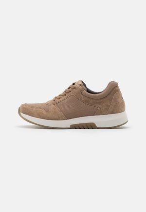 Sneaker low - desert
