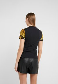 Versace Jeans Couture - T-shirt med print - gold - 2