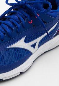 Mizuno - WAVE LUMINOUS - Volleyballsko - blue/white/pink - 5