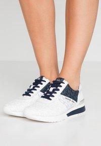 MICHAEL Michael Kors - ALLIE TRAINER - Sneakers laag - admiral - 0