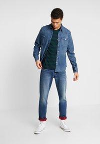 Levi's® - SET IN SUNSET POCKET - T-shirt med print - nightwatch blue/pine grove - 1