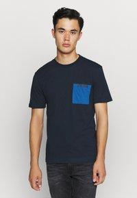 Calvin Klein - CONTRAST POCKET  - T-shirt z nadrukiem - blue - 0