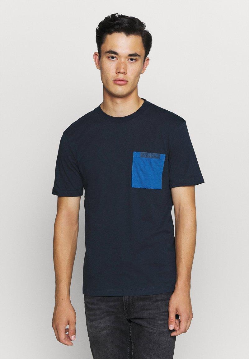 Calvin Klein - CONTRAST POCKET  - T-shirt z nadrukiem - blue
