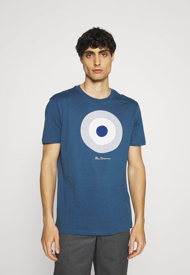 TARGET TEE - T-shirts med print - indigo