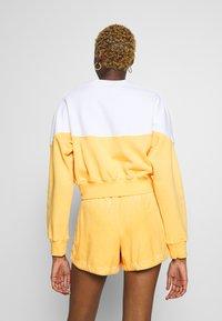 Nike Sportswear - W NSW HRTG CREW FLC - Mikina - topaz gold/white - 2