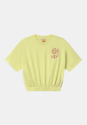SHORT SLEEVE TEE WITH ELASTICATED HEM - T-shirt z nadrukiem - lemon freeze
