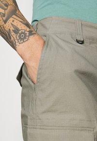 Nike SB - CARGO UNISEX - Shorts - light army - 4
