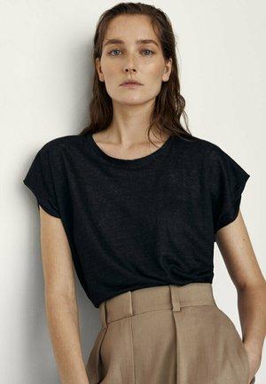 MIT RUNDHALSKRAGEN  - Basic T-shirt - black