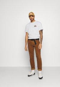 Criminal Damage - SNAKE LOGO TEE - T-shirt med print - white - 1
