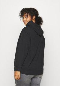 Levi's® Plus - GRAPHIC HOODIE - Sweatshirt - black - 3