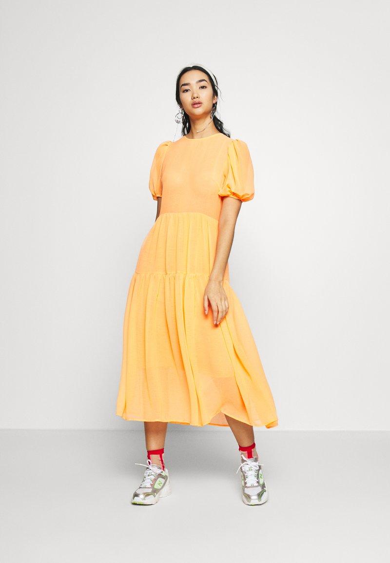 Never Fully Dressed - TIERED SHEER MIDI DRESS - Denní šaty - orange