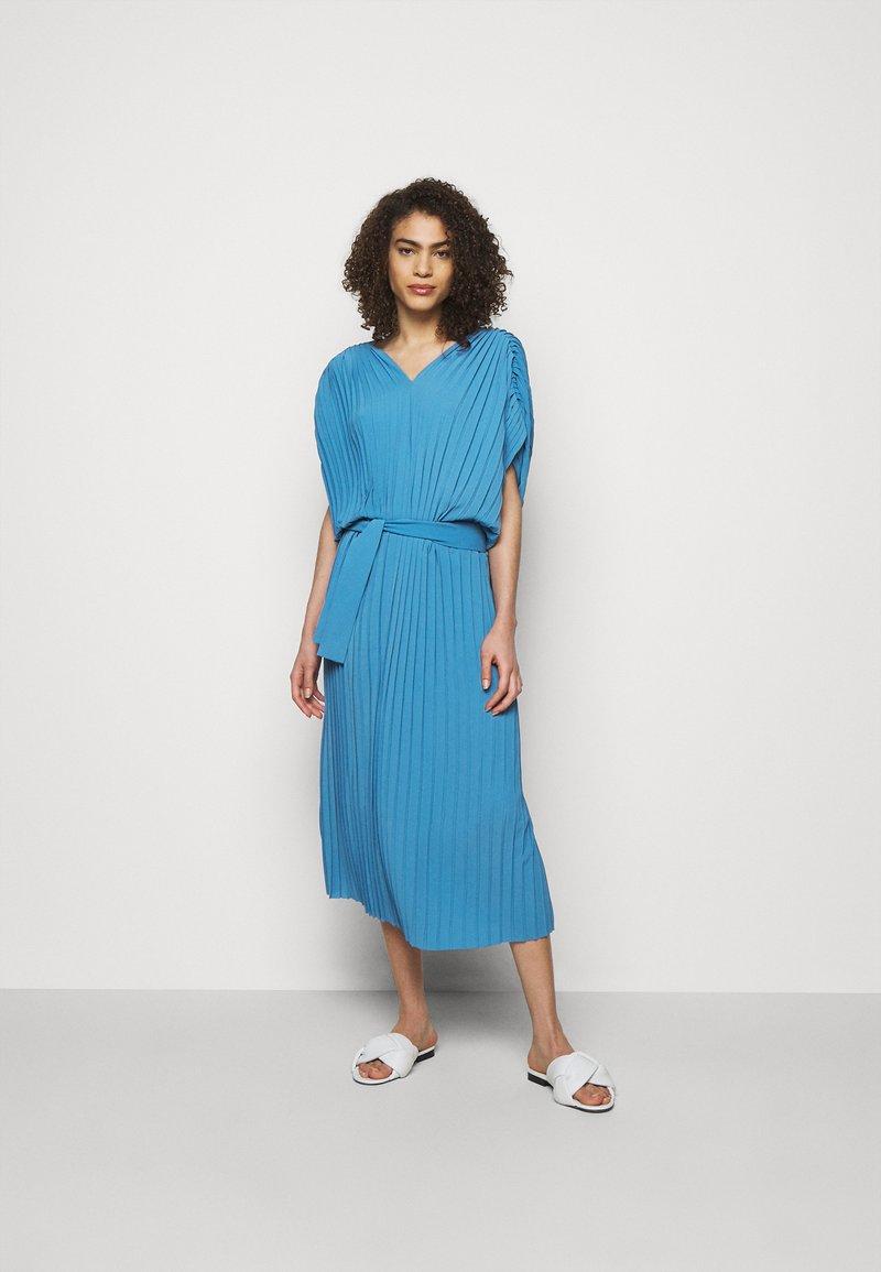 Henrik Vibskov - NEW JELLY DRESS PLISSE - Denní šaty - blue