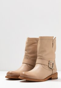 Felmini - GREDO - Cowboy/biker ankle boot - light tapioca - 4