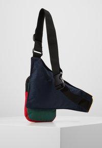Karl Kani - SIGNATURE BLOCK BODY BAG - Marsupio - navy/green/yellow/red - 3