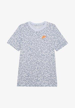 TEE MEZZO - T-shirt z nadrukiem - football grey/obsidian mist