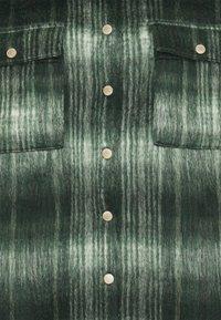 Noisy May - NMLULLA LONG SHACKET  - Kort kåpe / frakk - ponderosa pine - 2