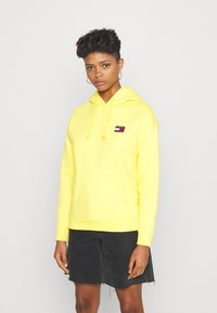 Tommy Jeans - BADGE HOODIE - Sweat à capuche - star fruit yellow - 0