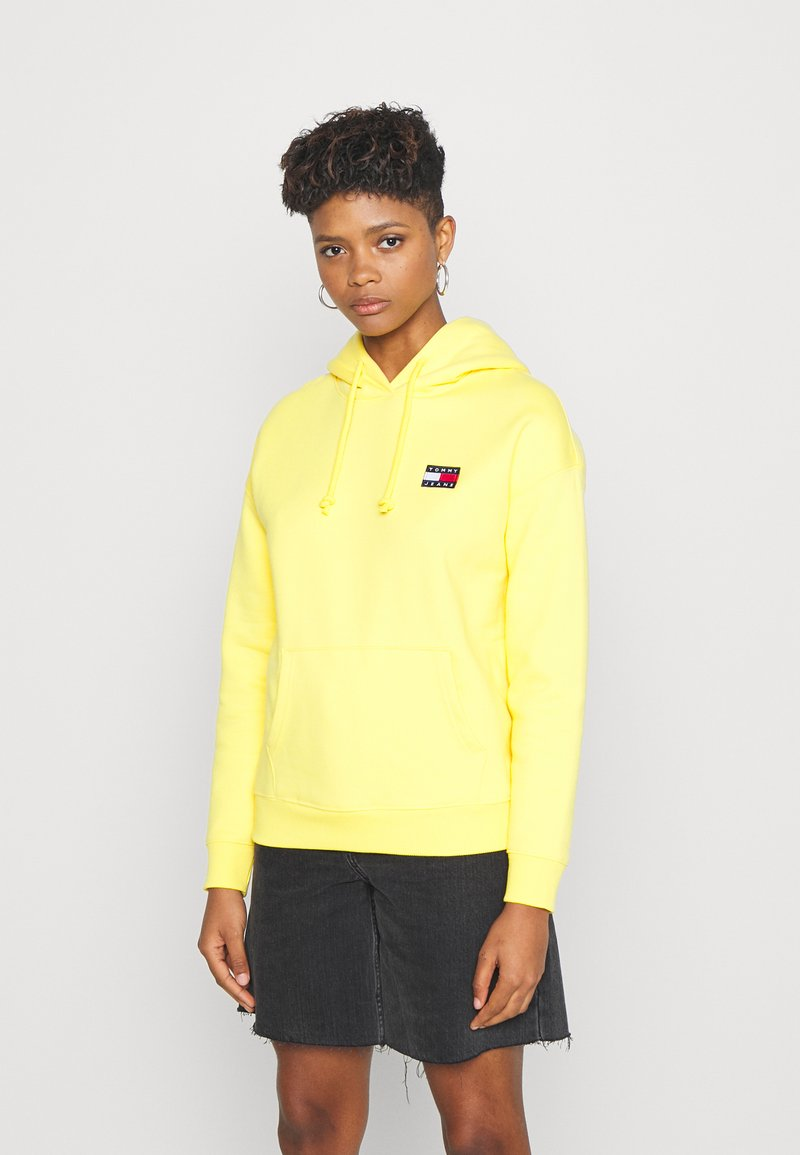 Tommy Jeans - BADGE HOODIE - Sweat à capuche - star fruit yellow