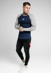 SIKSILK - SQUARE HEM TEE - Camiseta de manga larga - grey/navy - 1