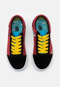 Vans - THE SIMPSONS OLD SKOOL - Sneakersy niskie - dark red/multicolor - 3