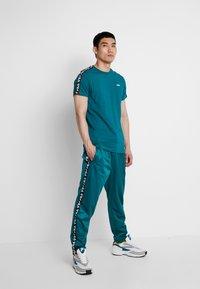 Fila - TAPE TRACK PANTS - Pantalon de survêtement - everglade - 1