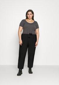 Pieces Curve - PCKELLIE CULOTTE - Trousers - black - 1