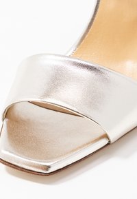 Aeyde - GABRIELLA - Korolliset sandaalit - silver - 2