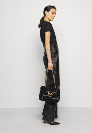 LOVE CLASSIC PUFF FURRY CLECOMONTONE RICAMO PATCH - Across body bag - black