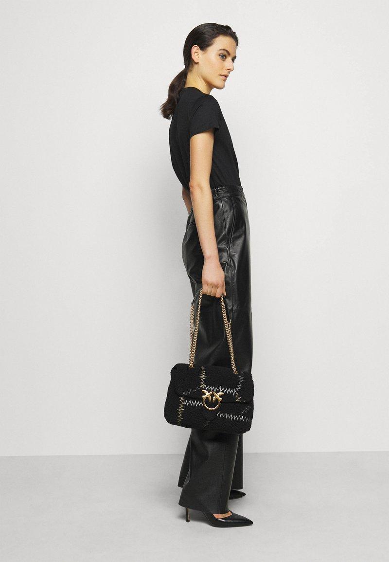 Pinko - LOVE CLASSIC PUFF FURRY CLECOMONTONE RICAMO PATCH - Across body bag - black