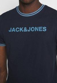 Jack & Jones - JCOCLEAN TEE CREW NECK - T-shirt imprimé - navy blazer - 4