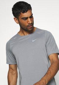 Nike Performance - BRTHE - Camiseta estampada - grey fog/particle grey/reflective silver - 3