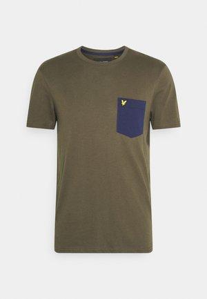 CONTRAST POCKET - Print T-shirt - trek green/navy