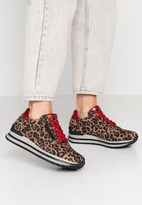 Gabor - WIDE FIT - Trainers - savanne/rosso - 0