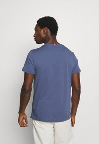 Tommy Hilfiger - ESSENTIAL - T-shirt z nadrukiem - faded indigo - 2
