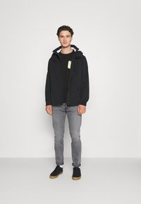 Tommy Jeans - CONTRAST POCKET TEE - T-shirt con stampa - black - 1