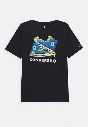BIO CHUCKS TEE - Print T-shirt - obsidian