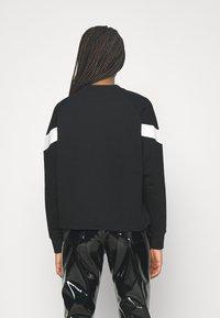 Puma - ICONIC CROPPED CREW - Sweatshirt - black - 2