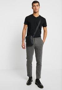 Lacoste - FLAT CROSSOVER BAG - Taška spříčným popruhem - black - 1