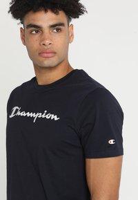 Champion - CREWNECK  - Print T-shirt - dark blue - 4