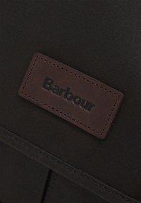 Barbour - ESSENTIAL MESSENGER BAG UNISEX - Taška na laptop - olive - 3